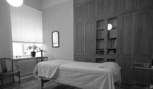 Behandlingsrum-1-mot-fönster-300x225